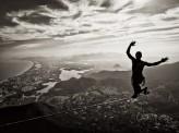 O atleta Igor Frizon se equilibrando na highline da Pedra da Gávea. 2011