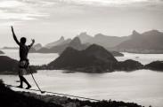 O atleta Igor Frizon equilibra-se na highline do Santo Inácio, no Parque da Cidade, em Niterói.
