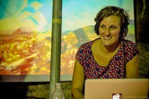 A Dj Lili Prohmann, e a projeção como cenário. Foto: Patrick Gomes